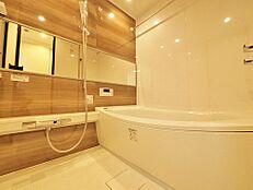 心地よいバスタイムを演出する浴室はゆとりあるサイズを採用。保温機能付きなので、お帰りが遅くてもお好きな時に入浴できます。