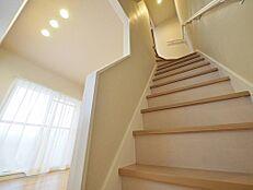 お年寄りからお子様まで上り下りしやすい階段。手すりも付いているので、荷物を持っての上り下りでも踏み外す危険が少なく安心です。