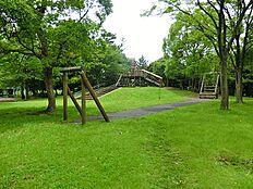 落合南公園はアスレチック遊具や複合遊具、ロープウェイなどの遊具が充実した公園です。その他、園内にはジョギングコースやバスケットゴール、サッカーゴールが設置されていて、大人から子供まで楽しめる公園です。
