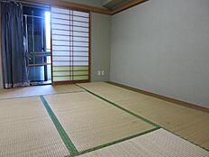 和室からの板の間部分も収納としてもご利用できます。