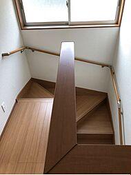 大きな窓の付いた明るい階段です