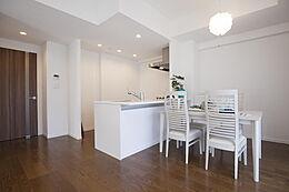 ちょうどソファから見たキッチンです。清潔感と機能性を重視したワイドカウンタ―付きオープンキッチンです。北欧風のイメージにナイスマッチですね。