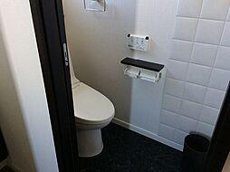 快適な温水洗浄機能付きのトイレ