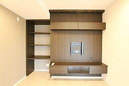 テレビボード付の壁面です。造り付の収納スペースの多さが魅力的な内装です。