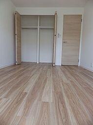 2階南側洋室2、約6.8帖。クローゼット付の洋室です。