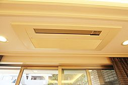 リビング南側上部に備え付けのエアコン有。
