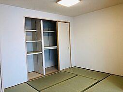 リビング横の和室は、お客様をお迎えするのに便利です。押入れも設置されています。