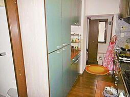 作業スペース・収納スペースが充実したカップボード付き対面キッチンです。
