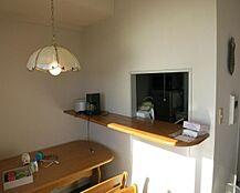カウンターキッチン部分は高めに設置されております。開口部がありキッチンも明るいです。