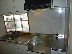 エスパシオ西庄の清潔感のあるキッチンでスペースも広々