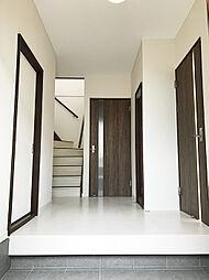 玄関を開ければ清潔感のある白いフローリングと木目調の建具が気品漂う空間を演出します。