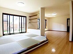小上がりになっているタタミコーナー。お昼寝や、畳に座ってくつろげる和みのスペース。