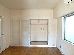 中央洋室は白を基調とした爽やかなお部屋です。(2019年1月7日撮影)