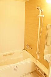 木目がアクセントの温かみのあるお風呂。2箇所の手すりが安全性アップに