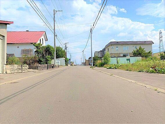 前面道路。緑豊...