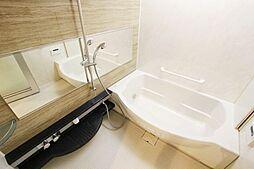足を伸ばしても余裕のあるバスタブでリラックスタイム。雨の日の洗濯乾燥や、湿気飛ばしに便利な浴室乾燥機付きです。