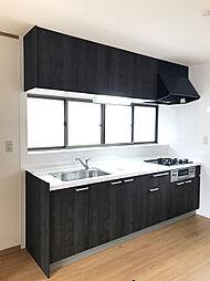 新規交換済み、窓も大きく明るいシステムキッチン。