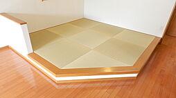 小上がりになっている和室。お昼寝や、畳に座ってくつろげる和みのスペース。