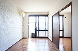 洋室南向きで側面にも窓があって明るいお部屋ですエアコン1台付