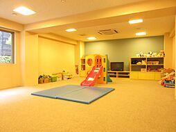 お子様の遊び場として雨の日でものびのび遊ぶことができるキッズルーム