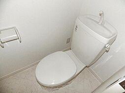 ホワイト色の清潔感のあるトイレです