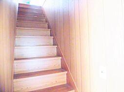 リフォーム前写真2階に続く階段です。壁・天井クロス張替、床クッションフロア重張、手すり設置します。事故の起こりやすい階段の昇降を、より安全にできるように最大限配慮します。