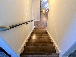 1階LDKにつながる階段。キッチンから美味しい香りが香ってきそうです