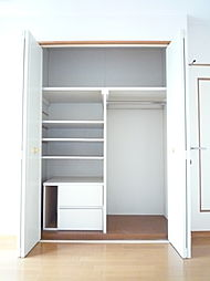 洋室には収納スペースあり荷物が多くても十分におさまります