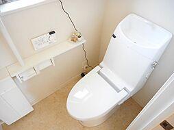 1階トイレ。快適で清潔なウォシュレット付き