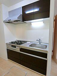ラ・ルーチェの3口ガスコンロとグリル付きのシステムキッチン