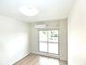 こちらは約6帖の洋室です。大きな窓から明るい光が降りそそぎます。,3LDK,面積55.89m2,価格990万円,京急本線 馬堀海岸駅 徒歩13分,,神奈川県横須賀市桜が丘2丁目