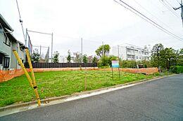 第一種低層住居専用地域にあり、周辺は落ち着いた住環境です。