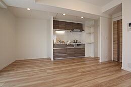 建具と床材は自然の木の風合い漂う木目柄でコーディネートした温かみのある住空間です