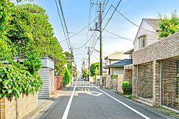 周辺の家並み、綺麗な住宅が並んでおります
