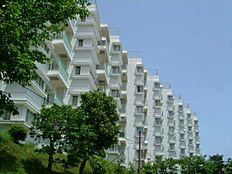 こちらがプレジデント熱海です。熱海市桜木町という山の頂上にそびえるマンションです。