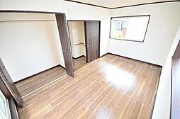2階洋室床の張替えとクロスの張替え、照明交換を行いました。