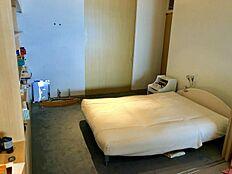 洋室:約10帖の洋室。オーナー様は寝室として利用されていたようです。隣に洋室が続きます。