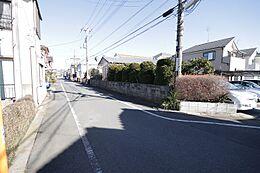 前面道路は幅6mありますので、車の出し入れや車同士のすれ違いも心配ありませんね。