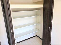各居室広々収納付。収納したい物に合わせてスペース調整が叶う、上下に動かせる可動棚です。