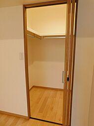 洋室1収納。ウォークインクローゼットなら、衣類等の整理もし易いですよ。