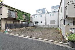京浜急行線「雑色駅」徒歩8分の自然豊かで閑静な住宅地商店街、小学校がすぐそばの生活に安心の立地です。