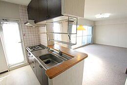 対面キッチンにはドアもあって便利。