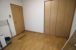 6.8帖洋室クローゼットが備わっています家族の思い出や季節物などの収納に活用して 住空間すっきり