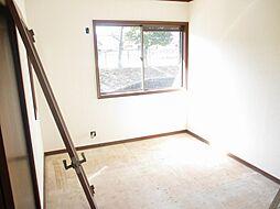 現在リフォーム中 2階中央6帖の洋室写真です。天井と壁のクロスを張り替えて、床はクッションフロアに張り替える予定です。