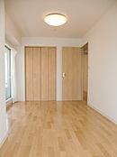 約7帖の洋室です。バルコニーに面しており、明るく快適にお過ごし頂けます。