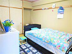 和室:オーナー様は和室を寝室として使われているようです。ライトブルーのベットがまたいいですね。
