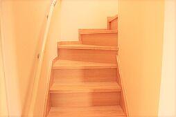 手すり付きの階段は小さなお子様やお年寄りの方にも安心です。