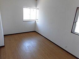 洋室は窓があることで、明るい日の光が差し込む居心地のよい空間へ。