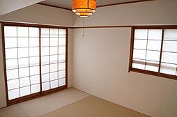 和室 2面採光の為日照良好。フチなしの畳がモダンな雰囲気を演出。