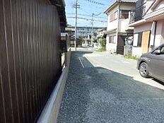進入路の写真。JR曽根駅まで5分と近いです。